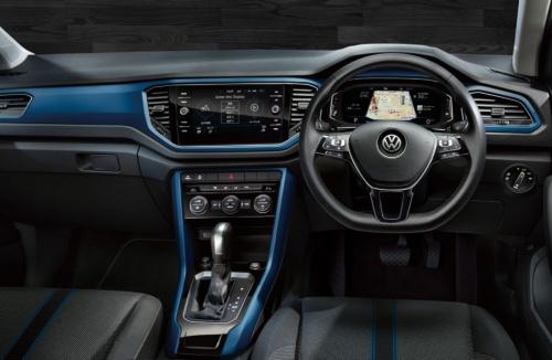 TDI Style Design Packageの内装。外装色でブルーを選ぶと、内装もブルーになる。シートにもブルーのラインが入る念の入れようだ(写真:フォルクスワーゲンジャパン グループ ジャパン)