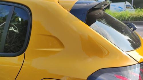 """""""直角台形""""の形状をしたリアピラー。かつての名車「205」の3ドアモデルのリアピラー形状をほうふつとさせる(写真:筆者撮影)"""