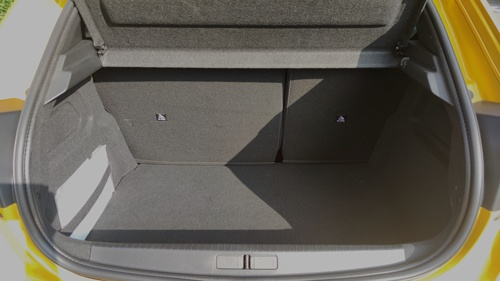 後席の足元スペースに余裕はないが、大人2人が座るのに問題はない(上)、荷室容量は265Lで、トヨタ自動車の「ヤリス」とほぼ等しい(下)(写真:筆者撮影)