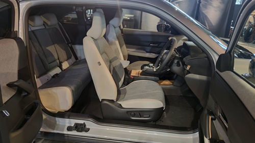 フリースタイルドアの開口部。後席への乗り降りはラクだが、ドアを固定する金具部分が出っ張っているのに注意する必要がある(写真:筆者撮影)
