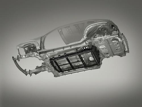バッテリーケースも車体の補強部材として活用している(写真:マツダ)
