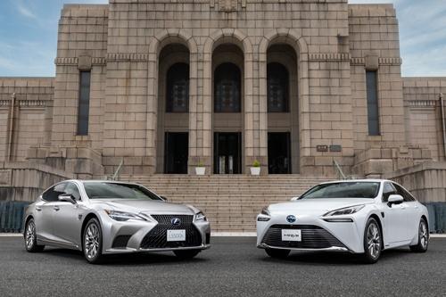 新世代の運転支援システム「Toyota Teammate/Lexus Teammate」の「Advanced Drive」を搭載した「Lexus LS」(左)と燃料電池車の「MIRAI」(右)(写真:トヨタ自動車)