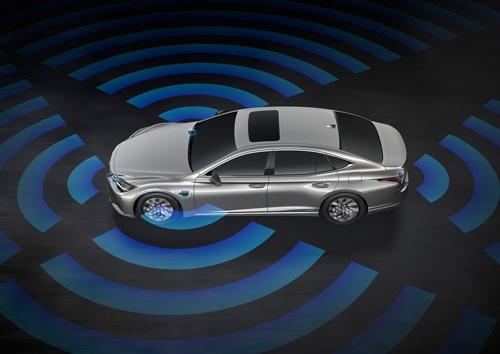 2020年7月の発表では、LiDARを前後左右に4台搭載することになっていた(上)が、今回の発表ではLiDARは前方の1台に絞られた(下)(資料:トヨタ自動車)