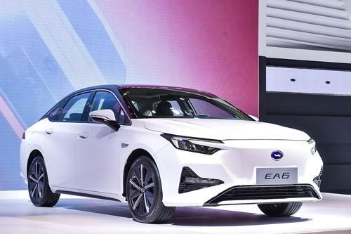 中国の合弁会社である広汽ホンダが販売するEV「EA6」(上)。合弁先の広州汽車が開発したEV専用プラットフォーム「第2世代GEP」(下)を採用した(写真:広汽ホンダ(上)、広州汽車(下))