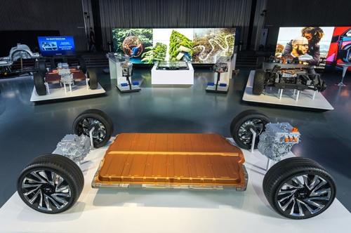 ホンダはGMが韓国LG電子と共同開発したEV用バッテリー「アルティウム」を採用した大型EV2車種をGMと共同開発する。写真はGMが開発したアルティウムを搭載するEV用プラットフォームで、ホンダもこのプラットフォームを使うことになるとみられる(写真:GM)