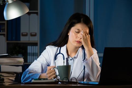 厚労省は、医師の残業時間上限を、最大で「年間1900~2000時間とする」という制度案を提示した(写真=shutterstock)