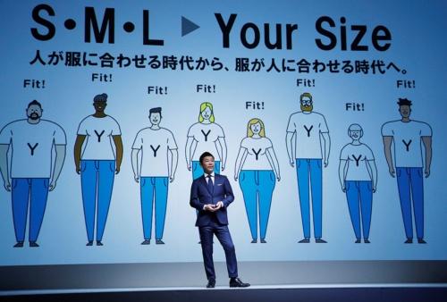 「ZOZOSUIT」を発表するZOZOの前澤友作社長(写真:ロイター/アフロ)