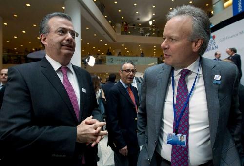 2019年4月12日、メキシコのアレッサンドロ・ディアスデレオン中央銀行総裁(左)と会話するステファン・ポロズ・カナダ中央銀行総裁(右)(写真:AP/アフロ)