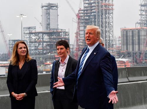 8月13日、ペンシルベニア州に建設中の工場を視察するドナルド・トランプ米大統領(右)。2020年の大統領選で、経済ブームが再選を後押しすると期待しているが、ドル高が足かせ