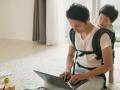 郊外の広い住宅で映画「ムーラン」配信を見る…米国の「新常態」