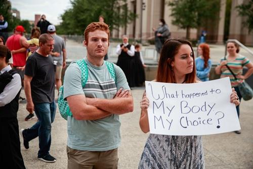 米・インディアナポリスの反マスクデモ。市長にマスクをしない自由を求めている(写真:Jeremy Hogan/SOPA Images via ZUMA Wire/共同通信イメージズ)