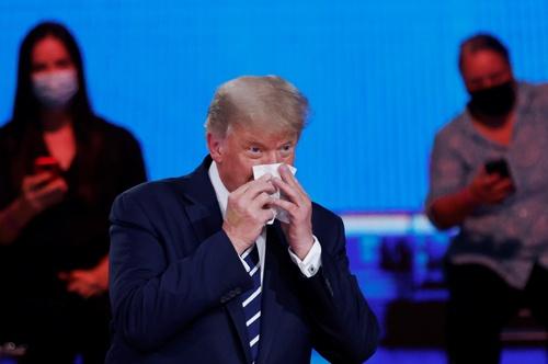 鼻をかむトランプ大統領(写真:ロイター/アフロ)