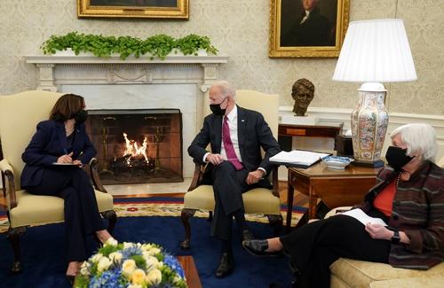 米国では景気回復が最優先。会談するバイデン米大統領、ハリス副大統領、イエレン財務長官(写真:ロイター/アフロ)