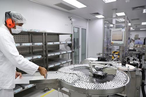 ワクチンをめぐる倫理的な問題も。写真はブラジル・サンパウロにあるシノバックの施設(写真:ロイター/アフロ)