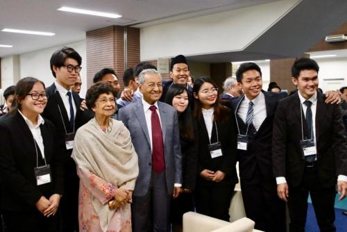 APUの学生たちとディスカッションしたマハティール首相