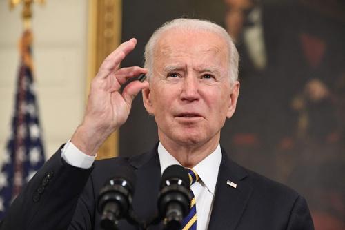 バイデン米大統領は重要部材の供給網見直しを求める大統領令に署名した(写真:AFP/アフロ)