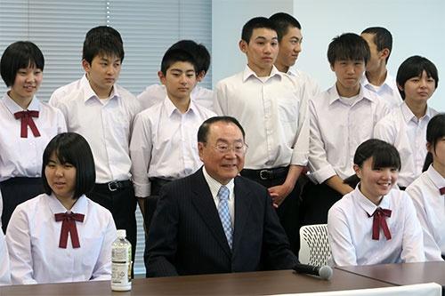 5月9日、上田さんが生まれ育った秋田県の地元の中学校の生徒たちに、仕事、社会への向き合い方を自身のエピソードを交えて伝えた