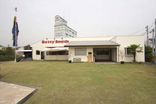 本社敷地内は工場のほか、「ジーンズミュージアム」など多様な施設がある