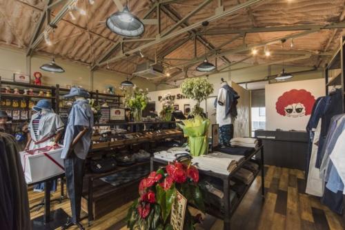 2017年4月、本社工場横にオープンした直販店。 2週間で完売した2万4000円のジーンズなどが並ぶ