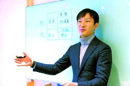 """<span class=""""fontBold"""">朝倉祐介(あさくら・ゆうすけ)</span><br />シニフィアン共同代表、元ミクシィ社長兼CEO。東京大学在学中に設立した会社をミクシィに売却して同社に入社。ミクシィの業績回復を機に退任。2017年にシニフィアンを共同設立する。18年、『ファイナンス思考』(ダイヤモンド社)を上梓"""