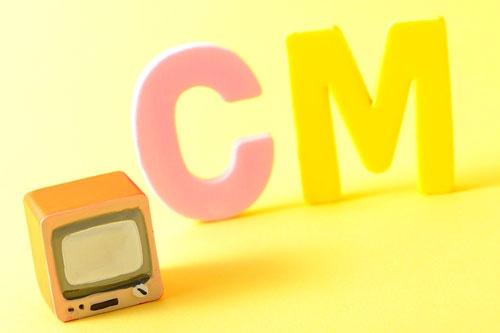 テレビCMを大量に流して消費者の脳裏に商品名を刻む。それが王道だった時代があった(写真:ナオ/PIXTA)