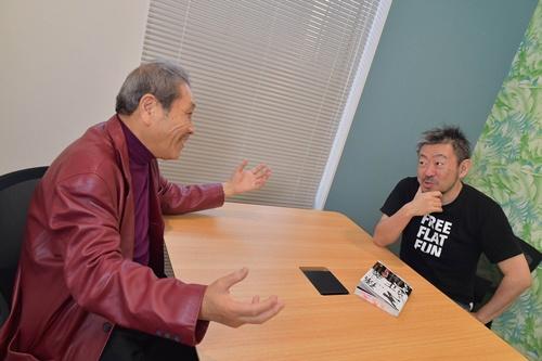 対談中。伊藤羊一氏(右)は、井上篤夫氏(左)の最新刊『孫正義 事業家の精神』を付箋を付けて読み込んで臨んだ(写真:菊池一郎、以下同)