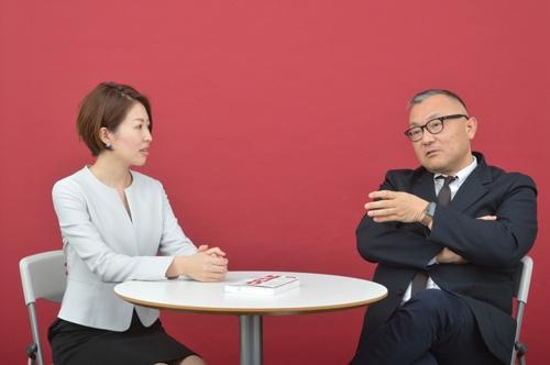 左が笹木郁乃さん、右が野呂エイシロウさん(写真:栗原克己)