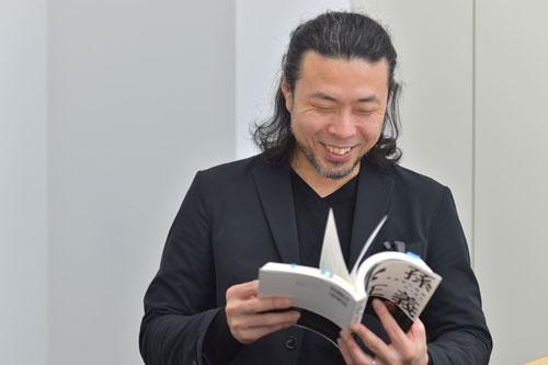 井上さんの著作から、気になった言葉や好きな言葉を選びながら話す鎌利さん(写真:菊池一郎)