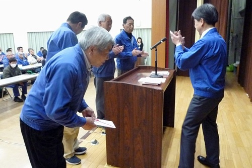 およそ20年にわたって高齢者雇用を続けている加藤製作所は、2018年度、勤続60年1人、勤続50年5人を表彰した。写真は勤続50年の従業員たち(写真提供:加藤製作所)