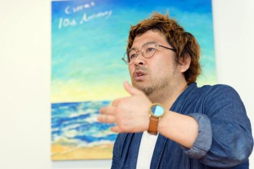 """<span class=""""fontBold"""">丸林耕太郎(まるばやし・こうたろう)</span><br/ > クリーマ代表取締役社長/クリエイティブディレクター。1979年、横浜市生まれ。慶応義塾大学在学中にプロとして音楽活動に取り組むも、22歳のときに出会った大物経営者から強烈なインスピレーションを受け起業家に。2009年に現在のクリーマを創業。""""本当にいいものが埋もれてしまうことのない、フェアで新しい巨大経済圏を確立する""""ことを目指しCreemaを立ち上げる。店舗は、「暮らしとクリーマ(二子玉川ライズ S.C.)」「Creema STORE(ルミネ新宿2、札幌ステラプレイス)」がある。16年には海外展開も開始、日本/アジアのクラフト市場に新しいうねりを起こし続けている(写真:山本祐之)"""