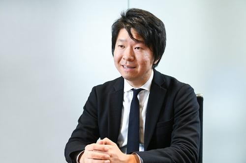 """<span class=""""fontBold"""">丸山智義(まるやま・ともよし)</span><br>エクスペリサス株式会社代表取締役。1986年、長野県生まれ。上智大学外国語学部卒業、シンガポール国立大学へ留学。長期インターンで投資銀行やベンチャーキャピタルの業務に携わり、2011年にスマートフォンアプリの開発会社、レオモバイルの立ち上げに参画。その後、Webアプリの開発会社、heathrowを設立して、16年9月末に売却し退任。17 年1月にエクスペリサスを設立し、現職(写真:清水真帆呂)"""