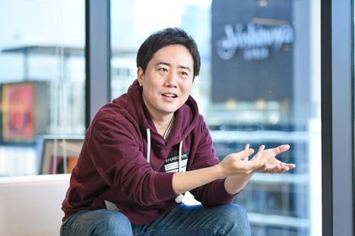"""<span class=""""fontBold"""">倉橋健太(くらはし・けんた)氏</span><br> 株式会社プレイド代表取締役CEO。新卒で楽天に入社。楽天市場におけるWebディレクション、マーケティング、モバイル戦略など多岐にわたる領域を担当。2011年にプレイド創業。15年3月にCXプラットフォーム「KARTE」をリリース。小売り・人材・不動産・金融など幅広い業種で導入が進んでいる。サービス開始から5年で延べ68億3000万ユーザーを解析。解析するユーザーによる年間流通金額は1兆5000億円を超えるという。スタートアップのランキングで、デロイト トウシュ トーマツ リミテッド 2018年 日本テクノロジー Fast 50 の第3位、Forbes Cloud/SaaS Ranking 2018の 第4位となった(写真:清水真帆呂)"""