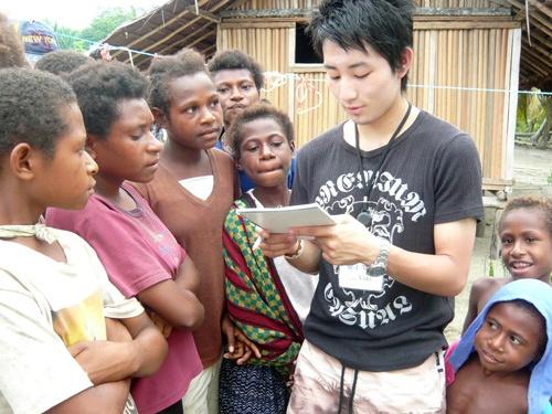 國重氏が高校3年生のときに立ち上げたNGOでの教育支援の様子(写真提供:國重侑輝氏)
