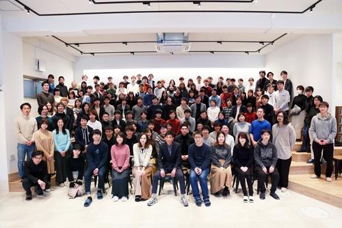 ベースコネクトは創業3年目で社員は25人だが、アルバイトやインターン、パートナーリサーチャーなどを含めると、既に約2000人の組織になっている。写真はその一部。國重氏は前から2列目、左から4人目(写真提供:ベースコネクト)