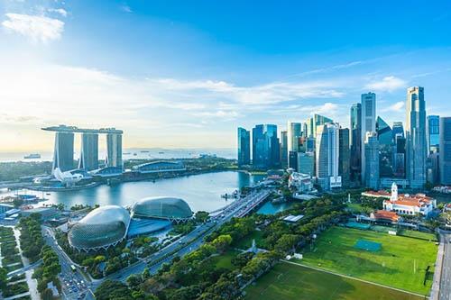 現在のシンガポールの風景。NIES(新興工業経済地域)と呼ばれていた1980年代後半からシンガポールは急速に発展した。左奥のマリーナベイ・サンズ(3棟のタワーの屋上に巨大な空中庭園を設置した斬新なデザインで有名)の建っている場所は、山下氏が赴任した1988年頃にはまだ埋め立てが進行中のエリアであった(写真:123RF)