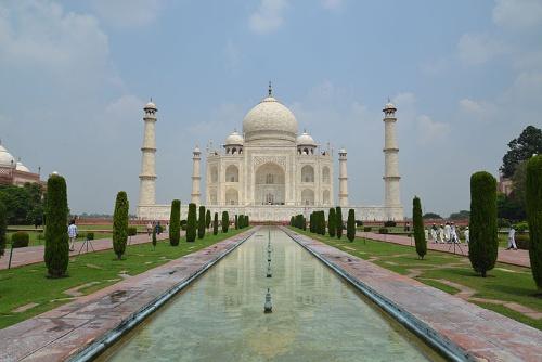 イスラム建築の至宝ともいわれるタージ・マハル。皇帝シャー・ジャハンが、王妃ムムターズ・マハルの死を悼み17年とも21年ともいわれる長い歳月をかけて建築した(写真:PIXTA)