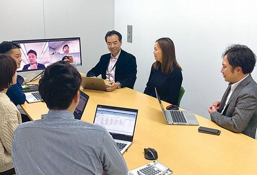 右から3人目が平井社長。社員とのコミュニケーション量は多い