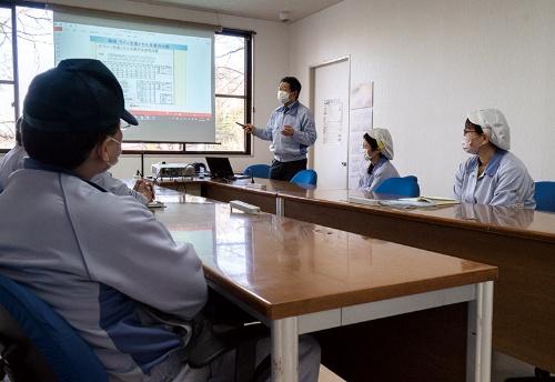 社内で定期的に開催している生産性改善勉強会の様子。奥で講師をしているのは渋谷常務(写真:尾苗 清)