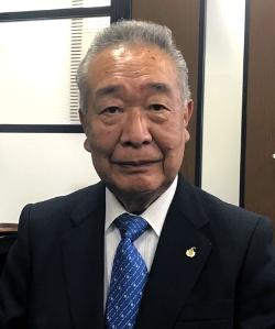 "<span class=""fontBold"">わたべ・たかお</span><br />1941年生まれ。高校卒業後、東京の貸衣装店勤務を経て、京都で両親が創業したワタベ衣装店(現在のワタベウェディング)に勤務。78年に社長就任。2008年会長。12年相談役。その後退任"
