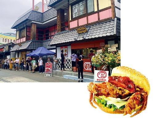 コロナ下の2020年9月にオープンした「ドムドムハンバーガー浅草花やしき店」(左)。インパクト抜群で好評だった期間限定(21年5月末までを予定)「丸ごと!! カニバーガー」は、揚げたソフトシェルクラブを丸ごと一杯、挟み込んでいる(下)