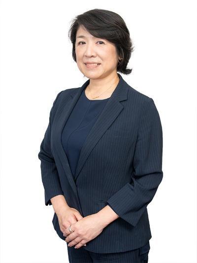 "<span class=""fontBold"">藤﨑忍社長</span><br>1966年生まれ。青山学院女子短期大学卒業後、すぐに結婚・出産し、政治家の妻となる。39歳で初めて働くことになり、SHIBUYA109のブティック店長、居酒屋オーナーを経て、2018年ハンバーガーチェーンの社長に就任(写真:菊池くらげ)"