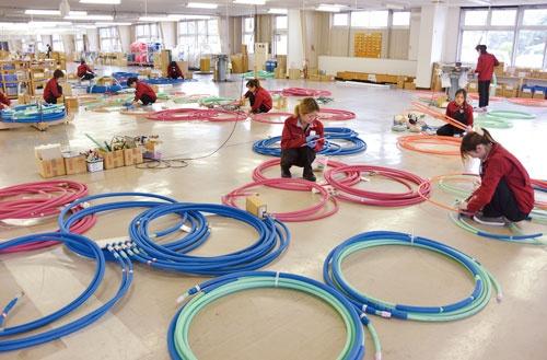 本社工場の様子。生産管理を徹底し、「チームAは翌日の午後3時〜4時に大阪府のAマンションの5階の部屋で使う配管を製造する」というレベルまで把握できる(写真/橋本正弘)