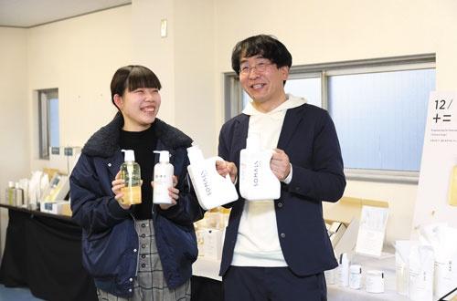 独自のフラットな組織をつくり上げた木村石鹸工業の木村社長(右)。常務就任時、約7億円の売上高は2020年6月期に約13億円に伸びた(写真/太田未来子)
