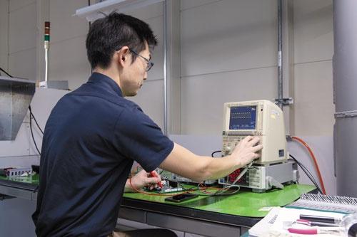 竹田哲雄さん(上)は、ディスコ長野事業所茅野工場から2019年7月に東京本社に転勤となったが、勤務地の自由を使い、同事業所で本社の仕事をしている
