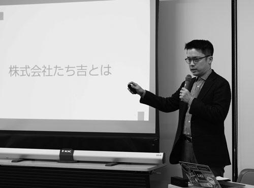 """<span class=""""fontBold"""">岡田高幸(おかだ・たかゆき)</span><br /> 1977年、東京都生まれ。早稲田大学商学部卒業後、2001年、たち吉に入社。百貨店での販売員、法人営業、経理・財務係長を経て、10年、代表取締役就任。15年、投資ファンドに事業譲渡し、退任。17年1月より福岡県直方(のおがた)市の直鞍(ちょくあん)ビジネス支援センターのセンター長。「中小企業の苦労が分かるセンター長」として地域活性化に取り組む。講演などもしている(写真/堀 勝志古)"""