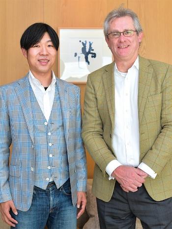 "<span class=""fontBold"">デービッド・アトキンソン(右)</span><br>小西美術工藝社社長。英オックスフォード大学日本学科卒業後、1990年に来日。ゴールドマン・サックス金融調査室長などを経て14年より現職。新著に『日本企業の勝算:人材確保×生産性×企業成長』(東洋経済新報社)(写真:菊池一郎)<br><span class=""fontBold"">やまもと・のりまさ(左)</span><br>平和酒造社長。1978年、和歌山県生まれ。京都大学経済学部卒業後、人材系ベンチャー企業を経て2004年に平和酒造入社。伝統的な酒蔵の組織・人材改革を手がけ、業績を伸ばす。著書に『個が立つ組織』(日経BP)など(写真:菊池一郎)"