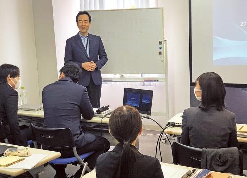 新入社員研修に臨む平井社長。ベトナムやシンガポール、フィリピンにもオフィスがある