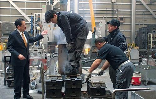 能作社長(左端)は、かつて20年近く現場で鋳物作りをした経験がある