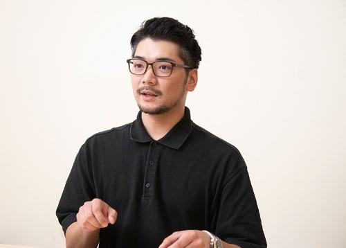 """<span class=""""fontBold"""">みなみ・けいた</span><br>1985年石川県生まれ。米カリフォルニア大サンディエゴ校経済学部を卒業後、2009年に大和総研に入社。東京都内の外食企業などの勤務を経て13年1月に家業であるチャンピオンカレーに入社。16年10月から3代目の社長に就任(写真:山岸政仁)"""