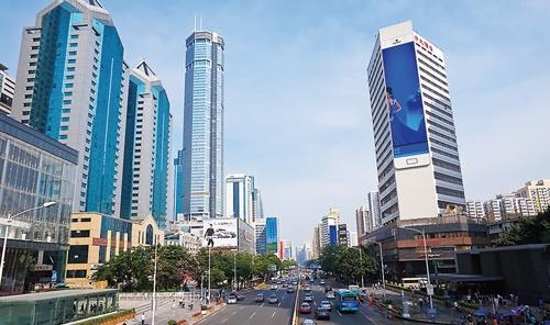 """<span class=""""fontBold"""">多くのスタートアップ企業が集まる深圳。写真は日本の秋葉原のような電気街、深圳の華強路</span>"""